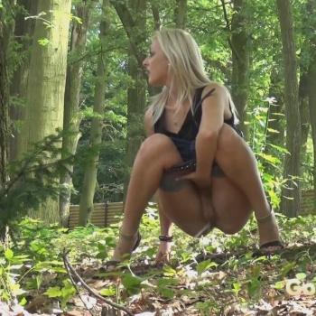 Писающие женщины в лесу вид спереди смотреть видео