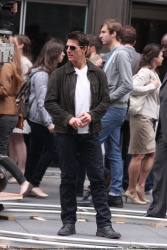 Tom Cruise - on the set of 'Oblivion' outside at the Empire State Building - June 12, 2012 - 376xHQ YVHkc352