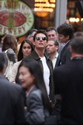 Tom Cruise - on the set of 'Oblivion' outside at the Empire State Building - June 12, 2012 - 376xHQ Q5yvheZc