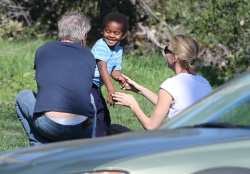 Sean Penn - Sean Penn and Charlize Theron - enjoy a day the park in Studio City, California with Charlize's son Jackson on February 8, 2015 (28xHQ) YlhpSAjj