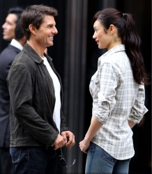 Tom Cruise - on the set of 'Oblivion' outside at the Empire State Building - June 12, 2012 - 376xHQ KYJNuQvY