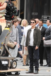 Tom Cruise - on the set of 'Oblivion' outside at the Empire State Building - June 12, 2012 - 376xHQ 9GDPX7cM