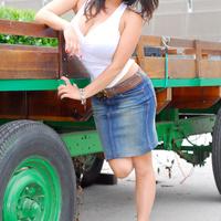 Дениз Милани, фото 4210. Denise Milani Plucking Strawberry., foto 4210