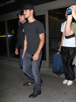 Taylor Lautner - Imagenes/Videos de Paparazzi / Estudio/ Eventos etc. - Página 38 AchNKDqv