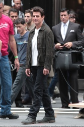 Tom Cruise - on the set of 'Oblivion' outside at the Empire State Building - June 12, 2012 - 376xHQ SEIz0VlP