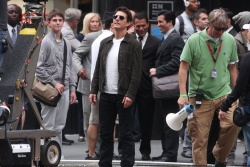 Tom Cruise - on the set of 'Oblivion' outside at the Empire State Building - June 12, 2012 - 376xHQ IIcCbc6z