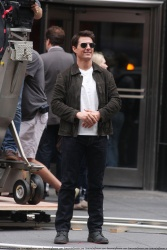 Tom Cruise - on the set of 'Oblivion' outside at the Empire State Building - June 12, 2012 - 376xHQ GBBWxkgw