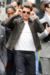 Tom Cruise - on the set of 'Oblivion' outside at the Empire State Building - June 12, 2012 - 376xHQ R0WTgSwM