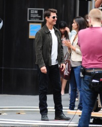 Tom Cruise - on the set of 'Oblivion' outside at the Empire State Building - June 12, 2012 - 376xHQ X4bAkpDy