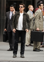 Tom Cruise - on the set of 'Oblivion' outside at the Empire State Building - June 12, 2012 - 376xHQ UfRntv1U