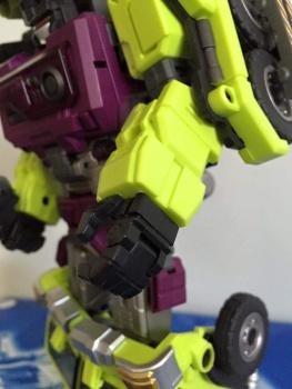 [Toyworld] Produit Tiers - Jouet TW-C Constructor aka Devastator/Dévastateur (Version vert G1 et jaune G2) - Page 5 NGG6t7UA
